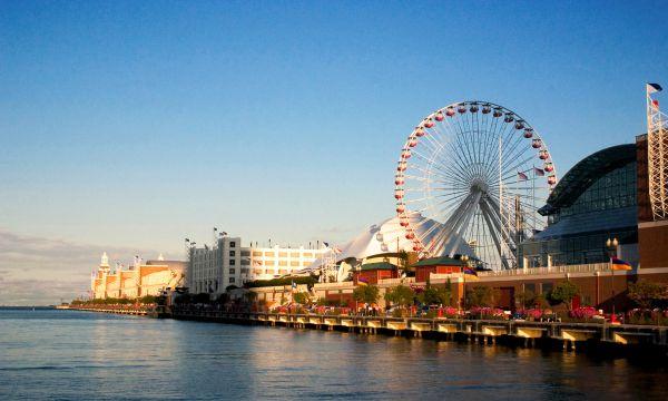 Navy Pier muito famoso por conta se sua enorme roda gigante